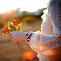Girl and Rose in hand Stylish Girls Photos, Stylish Girl Pic, Girl Photos, Beautiful Girl Image, Beautiful Hijab, Beautiful Flowers, Hand Photography, Girl Photography Poses, Hand Fotografie