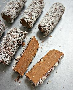 Chocolate truffles - Recipe for easy, delicious and healthy truffle bars Raw Food Recipes, Sweet Recipes, Snack Recipes, Dessert Recipes, Köstliche Desserts, Delicious Desserts, Yummy Food, Danish Food, No Sugar Foods