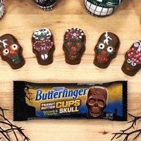 Are you the Butterfinger® type of Halloween house? Get your fingers on this Skull Cups craft for the little monsters in your life. Halloween Dinner, Halloween Goodies, Halloween Food For Party, Halloween Boo, Holidays Halloween, Halloween Treats, Happy Halloween, Halloween Decorations, Holiday Snacks