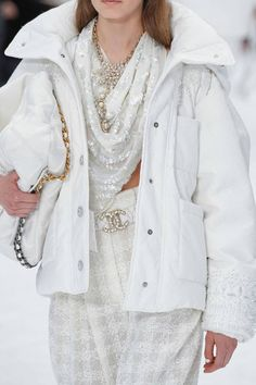 See all the Details photos from Chanel Autumn/Winter 2019 Ready-To-Wear now on British Vogue Fashion Mode, Runway Fashion, High Fashion, Fashion Show, Womens Fashion, Fashion Trends, Luxury Fashion, Chanel Fashion, Couture Fashion