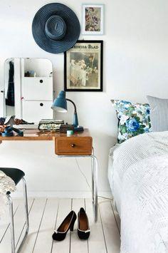 Beaucoup de charme pour cette chambre vintage - bureau + lampe 50's