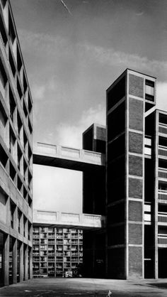 Park Hill - Sheffield 1962 - Jack Lynn and Ivor Smith. Fine example of brutalist and streets in the sky architecture Brutalist Buildings, Modern Buildings, Brutalist Design, Urban Architecture, Amazing Architecture, Monuments, Concrete Structure, Social Housing, Interesting Buildings