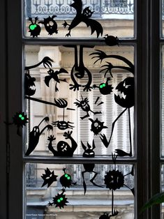 In addition to front porch and front door, windows are also very important in Halloween decorations because this is the first thing your guests will see Spooky Halloween, Theme Halloween, Halloween Activities, Halloween 2017, Holidays Halloween, Halloween Crafts, Happy Halloween, Halloween Decorations, Moldes Halloween