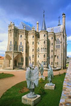 Astorga Episcopal Palace, Gaudis fabulous palace in Leon