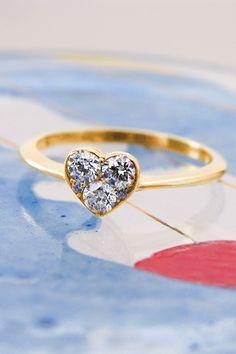 Plánujete, snívate, pretože chystáte zásnuby? Tak sa zastavte pri našom diamantovom prsteni Amy, ktorý patrí medzi obľúbené zásnubné skvosty nielen pre jeho srdiečkový tvar, ale aj pre nadčasové briliantové prevedenie. Páči sa vám? Tak sa zastavte v našej bratislavskej predajni na Dunajskej ulici alebo si dohodnite obhliadku tohto diamantového krásavca v našom trenčianskom klenotníckom štúdiu. A ak vás dostatočne presvedčil aj v tomto vizuálnom uhle, objednať si ho môžete rovno cez náš… Diamond Engagement Rings, Heart Ring, Beautiful, Jewelry, Diamond, Jewellery Making, Jewlery, Jewelery, Jewerly