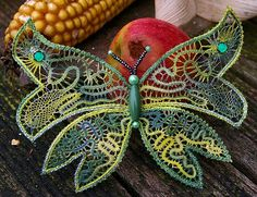 Idea for macrame large butterfly project Bruges Lace, Needle Tatting, Needle Lace, Bead Embroidery Patterns, Beaded Embroidery, Butterfly Project, Romanian Lace, Bobbin Lacemaking, Tatting Tutorial