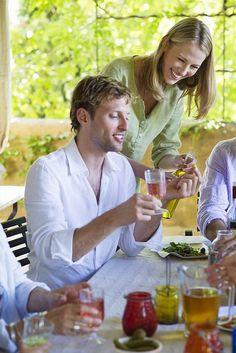 Cocktails für die genussreiche Freizeit.Orange, Pfirsich, Kakao – und ein Hauch Muskat. Den einen oder anderen Cocktail gemeinsam zu mixen, sorgt für einen kreativen Abend. Foto: djd/BSI/E.Audras