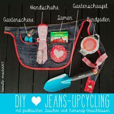 Diese Gürteltasche habe ich genäht aus einer alten Jeans, Baumwollstoffen, Vliesline, einer Zackenlitze, rotem Schrägband und ein paar Kamsnaps. Und da die Tasche im Garten sicher auch mal schmutzig wird, kann sie durch den (fast) unverwüstlichen Jeans- und Baumwollstoff prima … weiterlesen