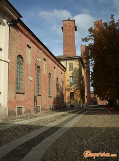 City of a hundred towers, the capital of the kingdom of Italy, home to one of the oldest Italian universities to which are related prestigious names such as Alessandro Volta, Carlo Rubbia, Ugo Foscolo, Carlo Goldoni. For centuries the center of historical events, Pavia is now a relatively quiet, y