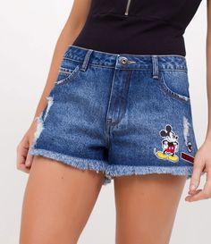 Short Feminino  Em Jeans   Com bolsos  Detalhe de puídos  Com barra desfiada  Aplicação de patches do Mickey Mouse  Marca: Blue Steel  Tecido: Jeans  Composição: 100% algodão