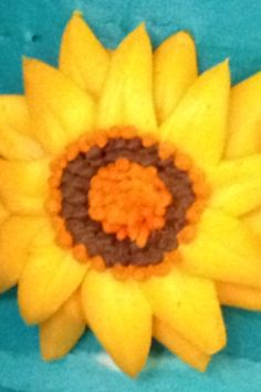 We love how sunflowers look on cakes!