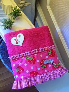"Caperucita Roja: Toallas ""Caperucitaroja73"". Bathroom Towels, Kitchen Towels, Bathroom Cleaning, Soft Towels, Tea Towels, Sewing Crafts, Sewing Projects, Towel Dress, Fabric Storage Boxes"