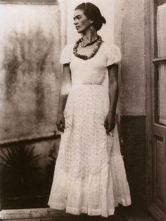 «Amurallar el propio sufrimiento es arriesgarse a que te devore desde el interior»  1929 Photo Frida Kahlo by Guillermo Davila