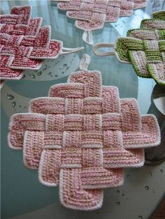 How to... Crochet interweave pattern -- Is not in English but very good visuals: