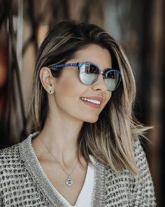 Eu me exibindo com meu novo óculos todo espelhado e azul da @oticasvidere