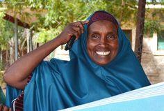 """""""L'allattamento crea un legame fortissima tra una mamma e il suo bambino, ed è importante per la salute del bambino"""".  Habiba ha 10 figli e 5 nipoti, e ha messo la sua esperienza al servizio della comunità nel campo rifugiati di Dadaab, in Kenya. È coordinatrice di un gruppo di supporto per madri rifugiate ed è impegnata a promuovere l'allattamento al seno tra le neo-mamme."""