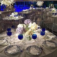 As mesas de convidados... Azul da cor do mar... #casamento #wedding #weddingdecor #weddingparty #party #festa #decor #decoração #danielcruzdecoracao #danielcruz #inesquecivelcasamento #iate #mesas #miseenplace #tablescape #mesaposta #azul #bride #noiva @danielcruzdecoracao @commemorare @lonarteeventos @twolights_ @scoimbrapaisagismo @ruthdouradodecoracoes @fina.louca @aroseiradecoracao @elianalipiani_velas @paularochaeventos @ecilaantunes