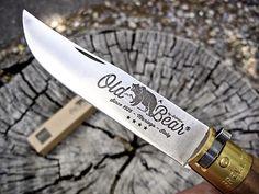 Az Old Bear termékcsaládot a fennállásának kilencvenedik évfordulójára indította el a Antonini késgyár. Olyan késeket terveztek, melyek gyártása sok kézimunkát igényel, hogy ezzel is hangsúlyozzák a késkészítés iránti szenvedélyüket, és hozzáértésüket. Throwing Tomahawk, Knife Throwing, Outdoor Knife, Neck Knife, Kitchen Knives, Throwing Knives
