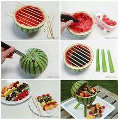 Una forma muy bonita de presentar pinchos de frutas.