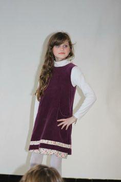 Éline porte une robe chasuble en velours aubergine