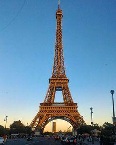 Em uma semana agitada no universo da moda de Paris, impossível não vir visitar a torre eiffel. Até pq Paris não sai de moda e a torre menos ainda, não é mesmo?  A torre, o simbolo mais proeminentr da França é parte do cenário caracterizado em dezenas de filmes que se passam na cidade. Além de estar em camisetas, acessórios, jóias,  e até mesmo em sapatos.  Mas mais que qualquer coisa, Paris já está no coração de todos, mesmo de quem não conhece a cidade ❤️🗼