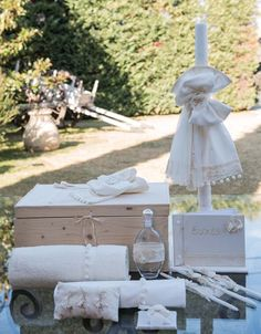 Vintage Ρομαντικό Σετ Βάπτισης Για Κορίτσι που αποτελείται απο μπαούλο ξύλινο και λαμπάδα με ιβουάρ υφάσματα και δαντέλα παραδοσιακή εκρού με φουντάκια κοστίζει 135 Ε.   Όλο το σετ ολοκληρωμένο  το οποίο περιέχει λαμπάδα,κουτί,σετ λαδιού,λαδόπανα και 50 μαρτυρικά κοστίζει:248 Ε Baptism Ideas, Baby Christening, Baby Accessories, Flower Girl Dresses, Bloom, Candles, Table Decorations, Weddings, Wedding Dresses