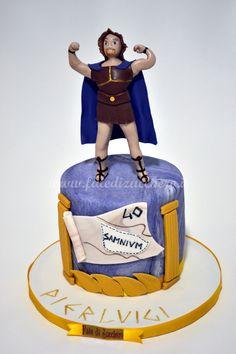 Torta Hercules per il 40mo Compleanno: con copertuta effetto marmo, colonne oro e pergamena con mappa dipinta a mano. Topper 3D Ercole, interamente modellato a mano