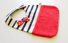 Bavoir Fille style marin rayé bleu marine et écru éponge rouge
