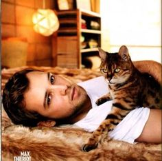 Max Thieriot- Bates Motel --- I saw this in my mom's 'People' and I want his kitty! Max Thieriot, Bates Motel Season 4, Men With Cats, Freddie Highmore, Cat People, Attractive Men, Man Crush, Gorgeous Men, Celebs