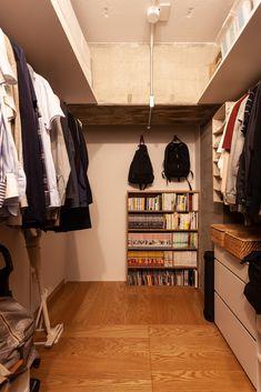 本棚はWIC入ってすぐに置かれています。本棚の中身は、他人に自分の趣味を覗かれるような気がしてしまうので、見えない場所に収納しておくのが◯! #I様邸検見川浜 #WIC #クローゼット #インテリア #EcoDeco #エコデコ #リノベーション #renovation #東京 #福岡 #福岡リノベーション #福岡設計事務所 Interior, Closet, House, Home Decor, Armoire, Decoration Home, Indoor, Home, Room Decor