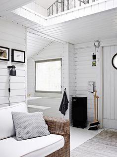 Saaristossa sijaitseva mökki on omistajilleen kuin toinen koti. Sen sisustus uudistettiin mustalla ja valkoisella tyylikkään ajattomaksi.