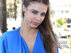 Moment de solitude : la mannequin Xenia Tchoumitcheva se retrouve les fesses…