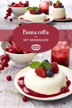 Panna cotta mit Beerensoße Panna cotta with berry sauce: A creamy dessert with a fruit sauce Healthy Dessert Recipes, Easy Desserts, Smoothie Recipes, Fruit Sauce, Berry Sauce, Dessert Simple, Desserts Panna Cotta, Desserts Sains, Italian Desserts