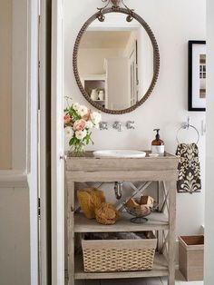 une table en bois vieilli style vintage et un petit vasque blanc et ovale