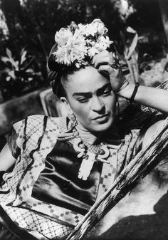 Painter Frida Kahlo was a Mexican self-portrait artist who was married to Diego Rivera and is still admired as a feminist icon. Diego Rivera, Exposition Interactive, Kahlo Paintings, Portrait Paintings, Art Paintings, Frida And Diego, Frida Art, Frida Kahlo Artwork, Frida Kahlo Prints