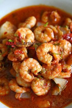 Sambal Udang - Every bite is bursting with the briny flavor of the prawn, complex flavor of fiery sambal, and a citrusy note of kaffir lime leaves. Prawn Recipes, Fish Recipes, Seafood Recipes, Indian Food Recipes, Asian Recipes, Cooking Recipes, Malaysian Cuisine, Malaysian Food, Recipes