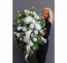 Funeral Flowers, Ikebana, Flower Power, Floral Arrangements, Christmas Wreaths, Bouquet, Holiday Decor, White Flower Arrangements, Therapy