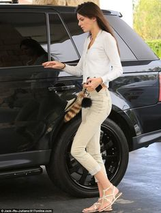 Kendall Jenner displays her Tummy in Cropped Cardigan Star Fashion, Fashion Models, Fashion Outfits, Kendall Jenner Car, Celebrity Outfits, Celebrity Style, Cropped Cardigan, Boyfriend Jeans, Snapchat