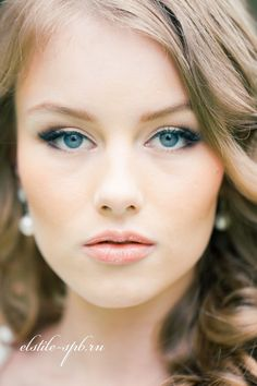 Wedding Hairstyle with sleek curls & neutral make-up