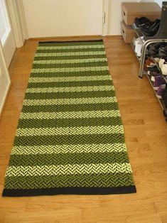 Koulusa tein tällaset kolome mattoo, harmaan, pinkin ja vihireen. Ajatus lähti koivusta, ja sitä on tämä harmaa matto. Muut kaks mattoo tul...