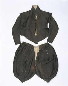 Mens Doublet and breeches made in Enlgnad 1625-1635 @ V t.29 Wool serge. lined with linen pile fabric (similar to modern terrycloth) with shot silk around the openings.