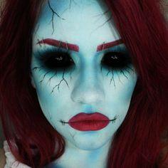 halloween schminke für frauen blau gesicht rot haare lippen schwarze kontaktlinsen