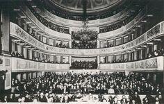 1889 , Widownia Teatru Wielkiego w Warszawie podczas ostatniego przedstawienia przed przebudową teatru w 1889 r.