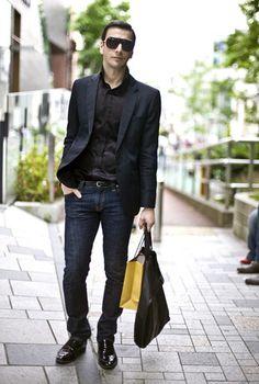 Look de moda: Blazer Negro, Camiseta con Cuello en V Blanca, Vaqueros Azules, Bolsa de Viaje de Cuero Marrón   Moda para Moda para hombres