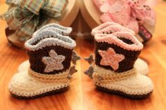 Life in a Little Red Farmhouse: Crocheted Cowboy Booties with Spurs Crochet Cowboy Boots, Baby Cowboy Boots, Crochet Boots, Crochet Baby Booties, Crochet Slippers, Cute Crochet, Crochet For Kids, Crochet Crafts, Crochet Projects