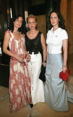The designer with her daughters Carolina Junior (left) and Patricia (right) in 2004 Ch Carolina Herrera, Mature Fashion, Fashion Line, London Fashion, Dress Skirt, Glamour, Celebrities, Celebs, Stylish