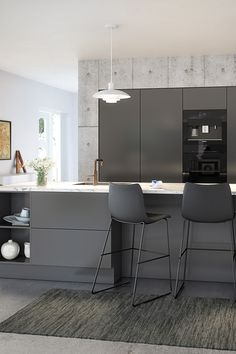 Her ses AUBOs UNIK i sin mørkeste farvemulighed, Onyx Grå. Et stilfuldt valg til det klassiske køkken, hvor der nemt kan skabes kontraster og kant. #køkken Kitchen Furniture, Kitchen Dining, Modern Grey Kitchen, Kitchen Room Design, Open Concept Kitchen, Cool Kitchens, Interior Inspiration, Room Decor, House Design