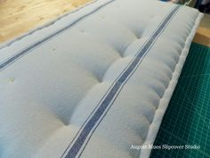kussens banking August Blues - Row of Tufting Cushion Tutorial, Diy Cushion, Cushion Ideas, Corner Bench Seating, Coverlet Bedding, Sewing Pillows, How To Make Pillows, Bedroom Sitting Room, Ikea Bedroom