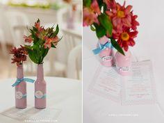 Vasinhos com flores na decoração do Chá de Panela da Nathália, dando um ar super romântico.