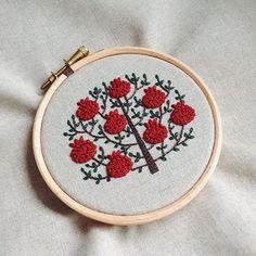 ザクロの木、生成り布バージョン。気に入ってます✨ #embroidery #刺繍 #樋口愉美子のステッチ12か月